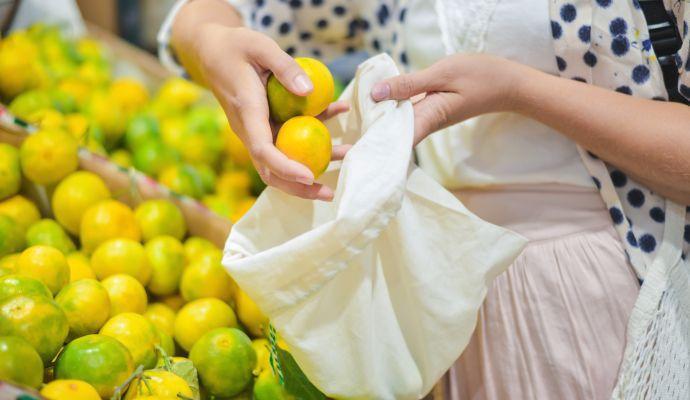 V látkových sáčcích můžete ovoce a zeleninu klidně i vážit. Jsou tak lehké, že cenu ovoce nebo zeleniny neovlivní.