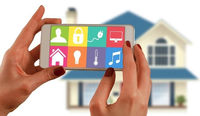 Chytrou domácnost ovládnete na pár kliknutí z mobilu, počítače nebo tabletu. Můžete ji kontrolovat, třeba i když odjedete na dovolenou – máte tak jistotu, že se doma nic nestane.