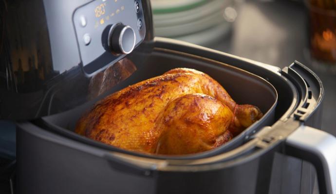 Do fritézy Phillips HD9650/90 Airfryer XXL se naráz vleze celé kuře nebo 1,4 kg hranolků.