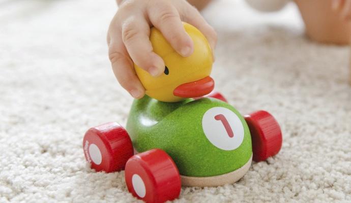 Povinnou výbavou na cesty jsou oblíbené hračky. Pořiďte ale na dovolenou i jednu novou, kterou váš potomek zatím nezná – zaměstná ho po cestě na delší čas.