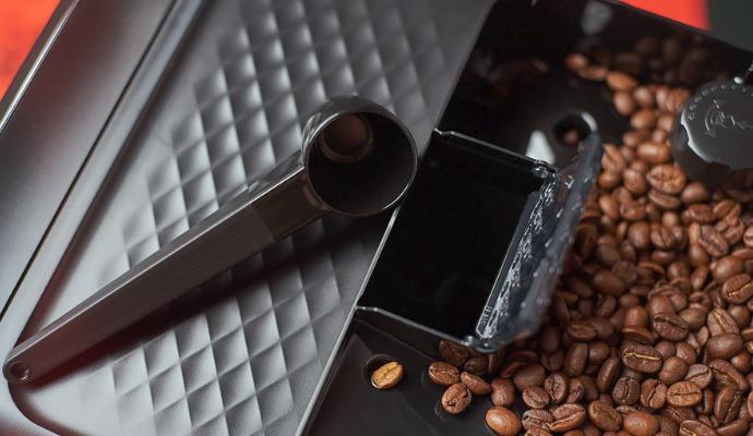 Pokud máte ráno dost času, můžete si kávu umlít bezhlučně v ručním mlýnku a pak ji pomocí naběračky přiložené v balení nasypat do dávkovače mleté kávy.