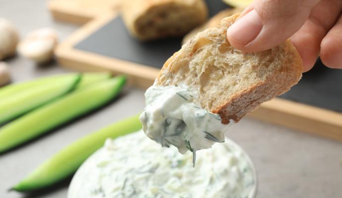 Tzaziky se hodí ke grilované zelenině i masu. V letním horku si je ale klidně dejte jen tak ke svačině, třeba s pečivem.