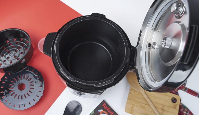Kabel pro připojení do zásuvky je odnímatelný. Jakmile máte jídlo hotové, můžete ho odpojit a hrnec přenést třeba ke stolu – aniž by vám kabel překážel.