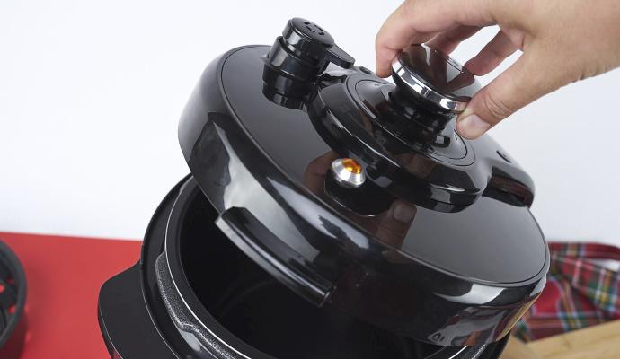 Poklice s aretací zaručuje, že je vaření v tlakovém hrnci bezpečné. Nestane se, že by vám hrnec vybouchnul nebo jste se při otevírání nešikovně opařili.