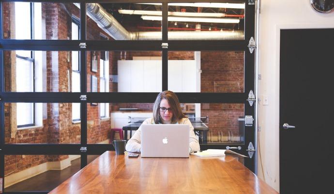 Komunikujte se svým spolubydlícím také přes internetové chaty. Můžete se informovat, kdy nebudete na pokoji, co je potřeba dokoupit a utužíte vztahy.