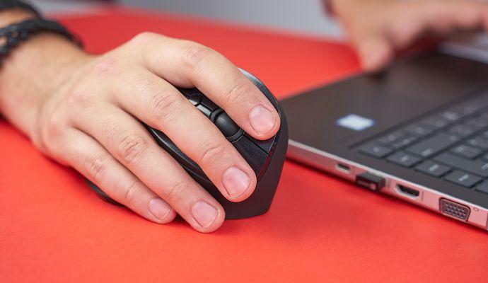 Takto vypadá vertikální myš v akci. Díky promyšlené ergonomii skvěle padne do dlaně.