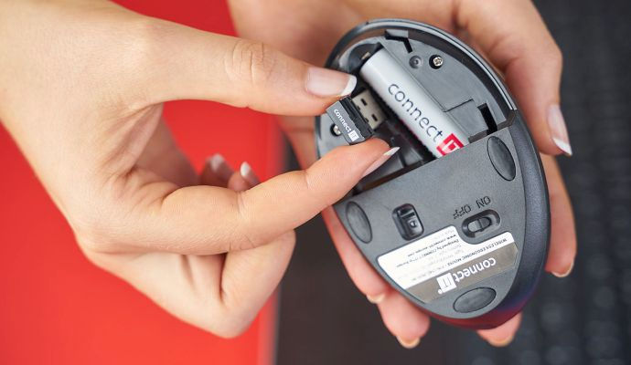 Pod spodním krytem najdete kromě místa na baterku i malou kapsu na USB přijímač.