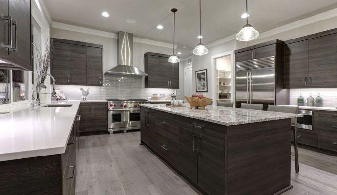 Moderní kuchyně působí čistě, vzdušně a prakticky.
