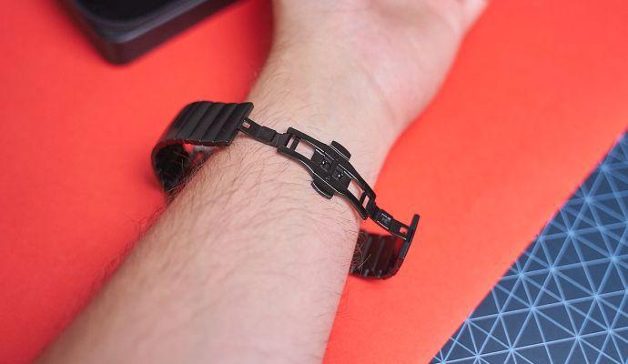 Mechanismus pro zapnutí hodinek je jednoduchý a praktický.