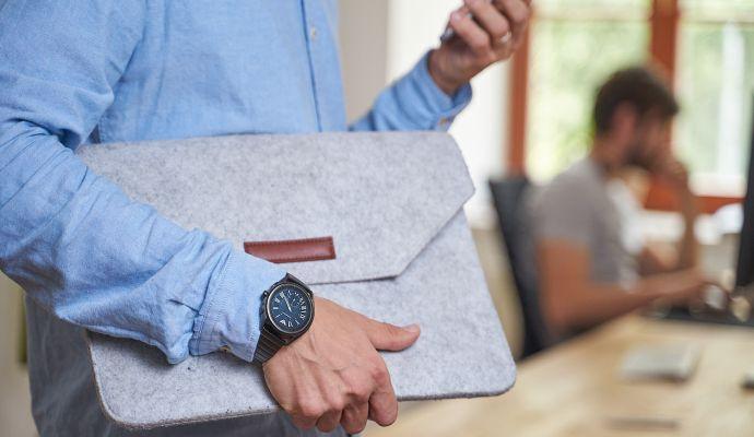 Budete-li hodinky hojně využívat přes den v práci, můžete je nechat nabíjet každý den přes noc.