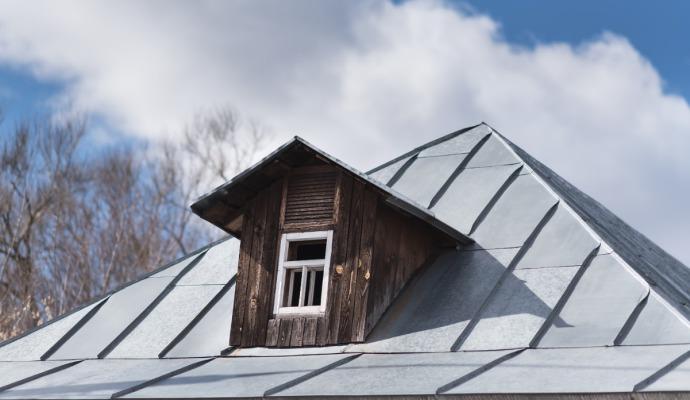 Při zabezpečování chalupy myslete i na světlíky a střešní nebo sklepní okna.
