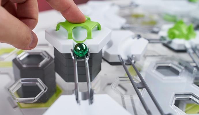 Tento zelený dílek slouží jako startovací čára. Po jeho zmáčknutí se kulička vydá na cestu.