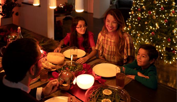 Kompaktní lampička Philips Hue Go na stole vypadá jako svíčka. A také tak umí svítit.