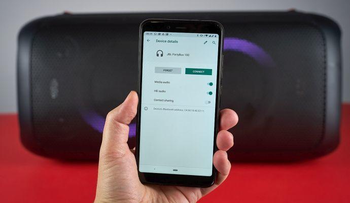 K reproduktoru se snadno připojíte přes Bluetooth z mobilu, tabletu i počítače.