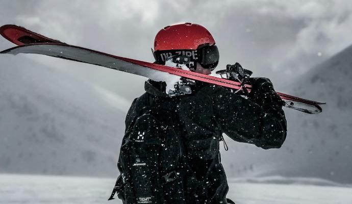 Trojici ochranného minima sjezdařů doplňují kvalitní lyžařské brýle.