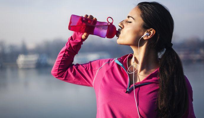 Noste u sebe láhev s čistou vodou, ať už cestujete do práce nebo sportujete.