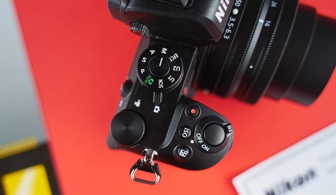 Nikon Z50 má přehledné ovládání a slot pro kartu SD, SDHC či SDXC.