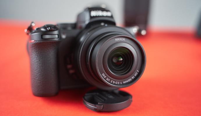 Nikon je vybaven optickým stabilizátorem – díky němu budete mít ostré fotky, i když budete třeba fotit na delší expoziční čas. Pomůže i při natáčení videí.
