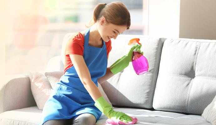 Než se pustíte do úklidu, ověřte si, z jakého materiálu sedačka je. Některým látkám byste čisticími prostředky ublížili.