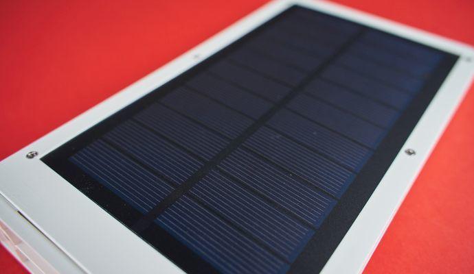 Solární panel pokrývá většinu zadní části svítidla.