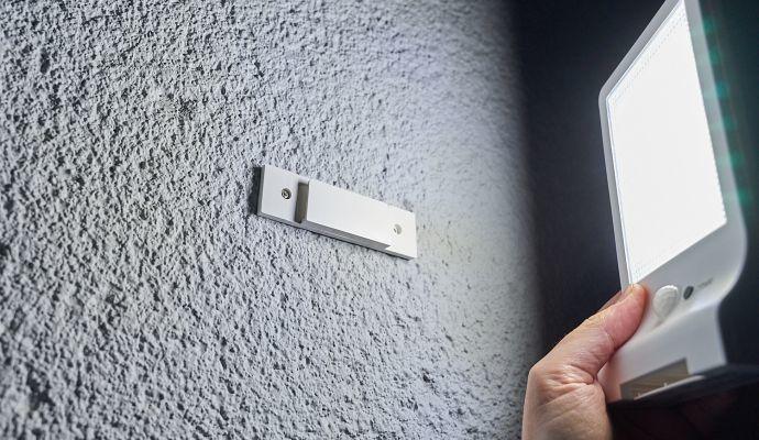 Držák pomocí šroubků připevníte na zeď a světlo z něj kdykoliv vyjmete.