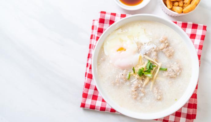 Někteří kuchaři podávají čínskou rýžovou polévku i s vajíčkem.