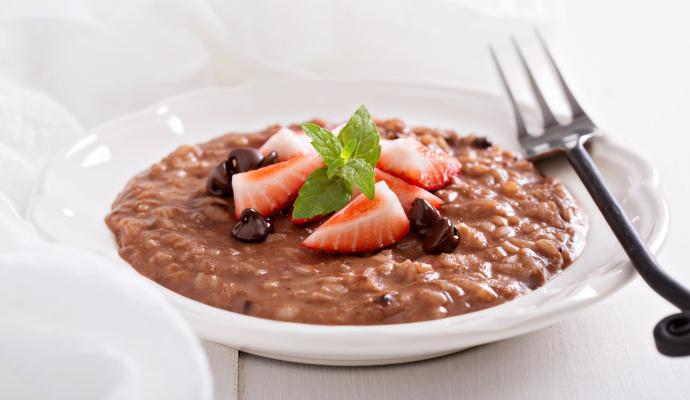 Čokoládové rizoto chutná skvěle s hruškou, ale i jiným ovocem – vyzkoušejte ho třeba s čerstvými jahodami.