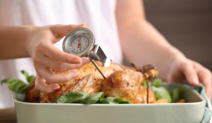 Jestli je kuře dobře propečené od oka nezjistíte. Vezměte si na pomoc vpichovací teploměr.