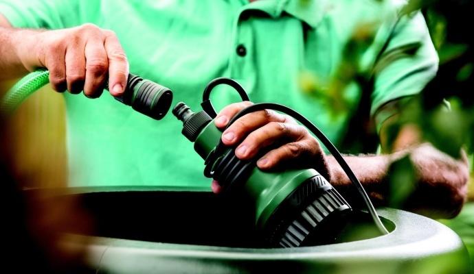 Aku čerpadlo Bosch patří do řady akumulátorového systému Power for All – na jediný nabíjecí systém připojíte více než 30 přístrojů. Kromě čerpadla třeba i brusky, sekačky na trávu nebo vysavače, díky tomu nepotřebujete na zahradě žádné další nabíječky.