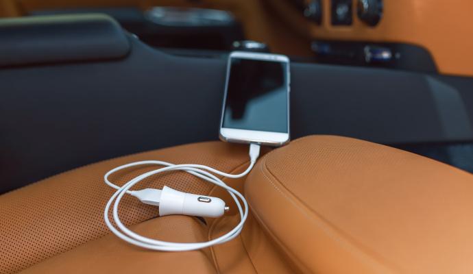 Při výběru nabíječky do auta se dívejte na to, jaký má výkon. Podle toho telefon nabijete rychle nebo pomalu. Zkontrolujte, že výkon nabíječky odpovídá napětí baterie telefonu.