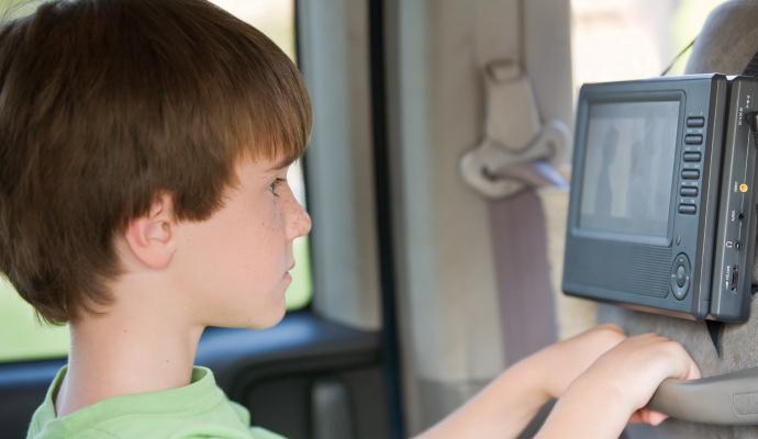 V autě pustíte přes DVD dětem pohádky nebo filmy, doma pak přehrávač využijete třeba k prohlížení fotek z dovolené.