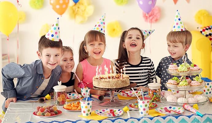 Děti narozeninové oslavy doslova zbožňují.
