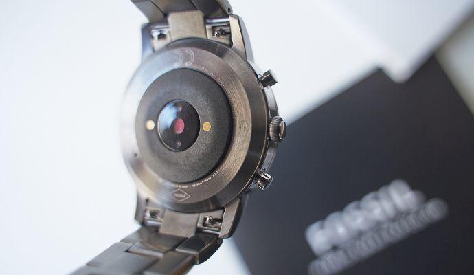 Na zadní straně ciferníku najdete senzor, který během nošení měří vaši tepovou frekvenci.
