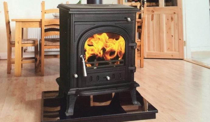Topení v kamnech je mimo jiné romantické. Představte si zimní večery s praskáním dřeva – stačí přiložit polínko a místnost zaplaví teplo i vůně čerstvého dřeva.