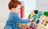 Rodičovský hit: udělejte dětem activity board, stěna s hejblátky je zabaví na hodiny
