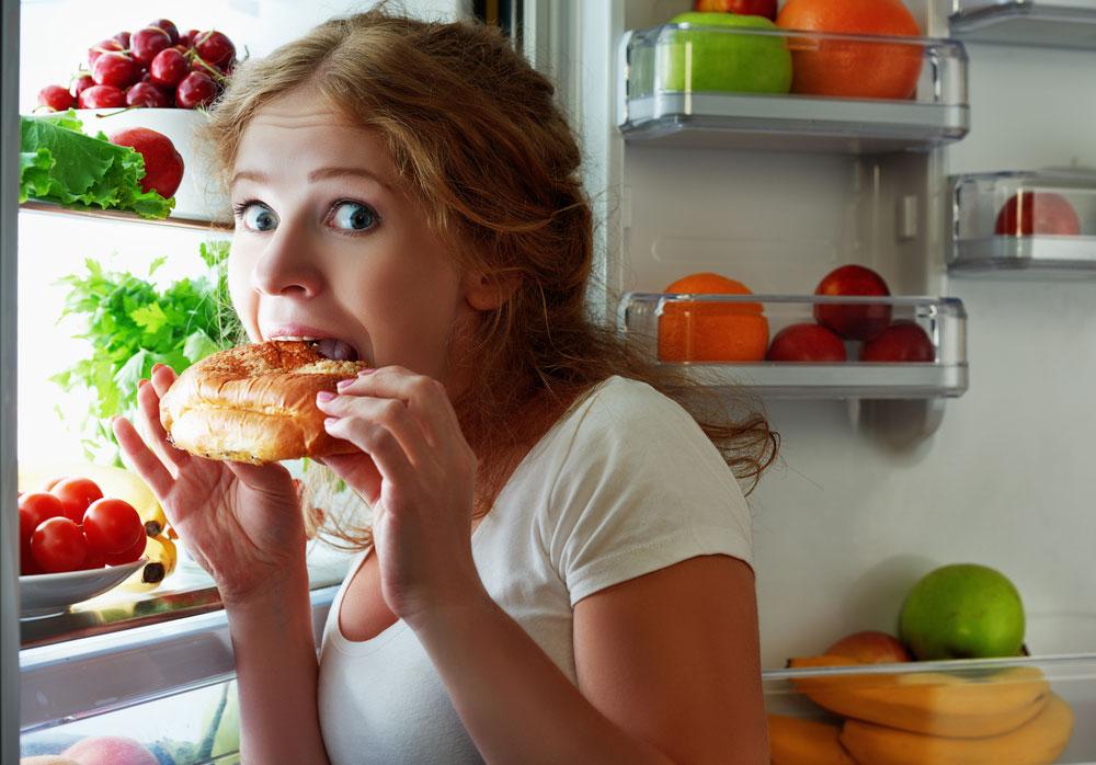 Víte, co si k večeři raději nedávejte? A co vám naopak pomůže usnout?